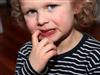 علت و روش های درمان ناخن جویدن کودکان